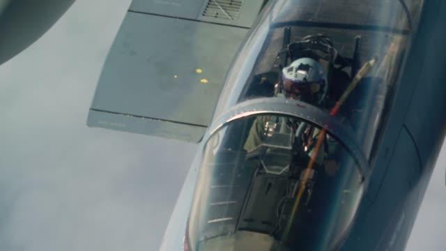 vídeos de stock e filmes b-roll de air refueling squadron from travis air force base use a kc-10 extender to refuel u.s. air force f-15 eagles above joint base elmendorf-richardson,... - emprego na comunicação social
