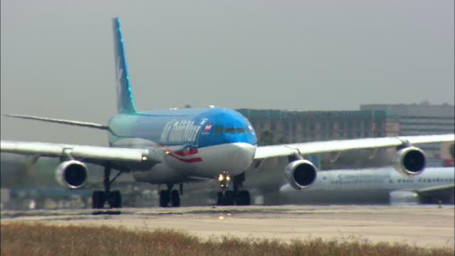 ms, ts, ws, air tahiti noui airbus taking off from los angeles international airport, los angeles, california, usa - airbus stock-videos und b-roll-filmmaterial