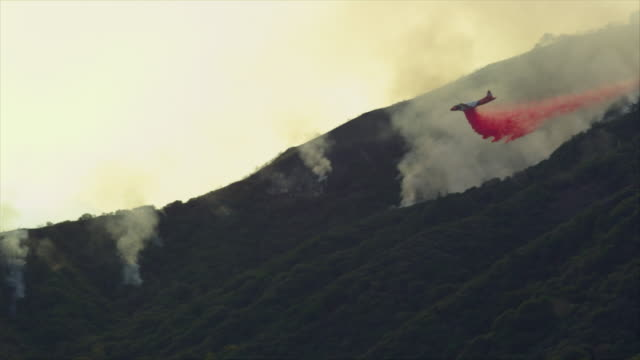 ws, pan, air tanker dropping fire retardant over placerita canyon, santa clarita, california, usa - santa clarita stock videos and b-roll footage