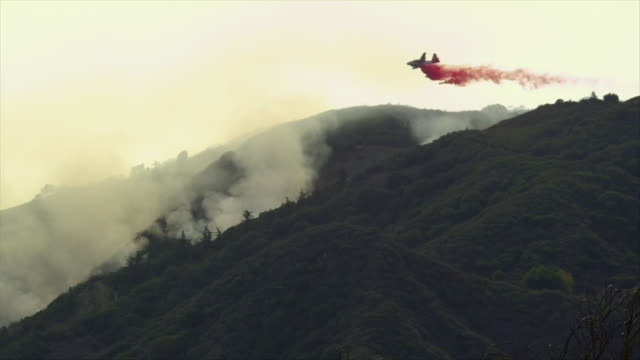 ws, air tanker dropping fire retardant over placerita canyon, santa clarita, california, usa - santa clarita stock videos & royalty-free footage