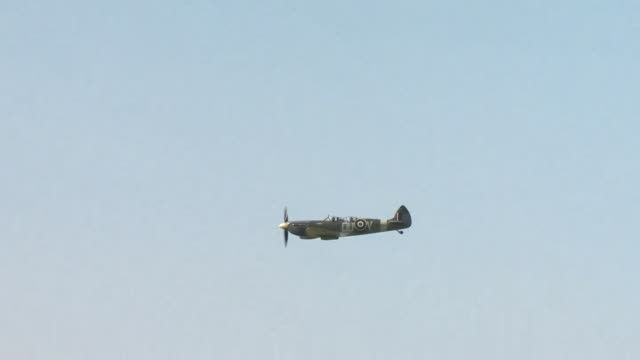 air to air shot of spitfire flying over northamptonshire on the 80th anniversary of world war two battle of britian - mid air stock videos & royalty-free footage