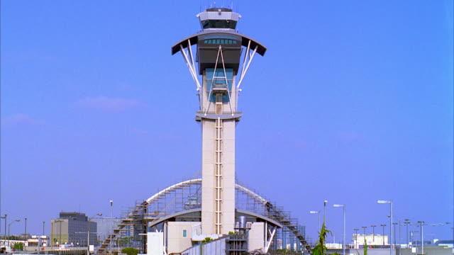 ws t/l air traffic control tower at lax airport / los angeles, california, usa - torre di controllo video stock e b–roll