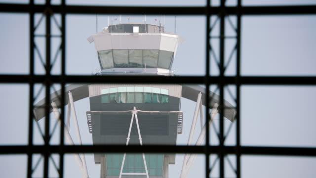 vídeos y material grabado en eventos de stock de ws td air traffic control tower at lax - torre de control de circulación aérea