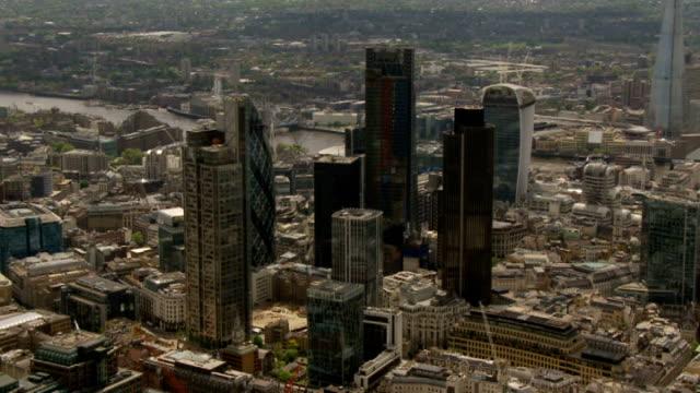 air views of cambridge and london air views of river thames pan london skyline zoom in city of london skyscrapers / bank of england / city skyscrapers - 金融関係施設点の映像素材/bロール