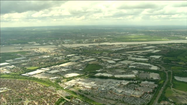 air views of essex, surrey and london; england:essex: ext air views of countryside with woodland, fields, towns and villages including basildon and... - エセックス州点の映像素材/bロール