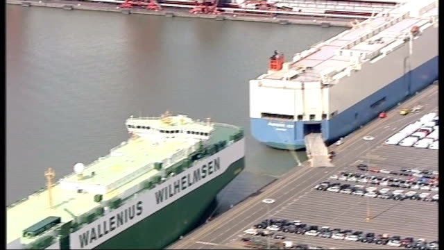 vídeos y material grabado en eventos de stock de air views of severn estuary and surrounding area air views / aerials of new cars being unloaded from container ships at royal portbury docks and... - río severn
