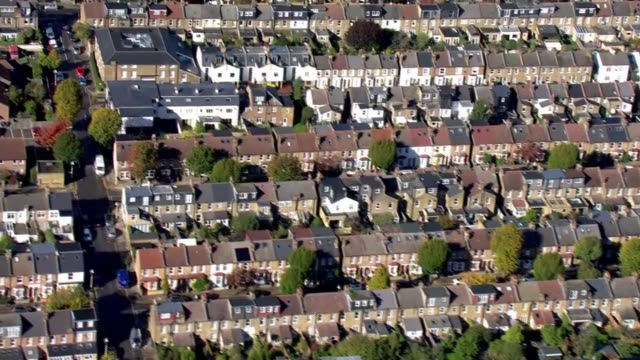 vídeos de stock, filmes e b-roll de air views of west london; england: london: west london: ext aerial over residential/suburban area and the river thames / zoom in to rows of terraced... - major road