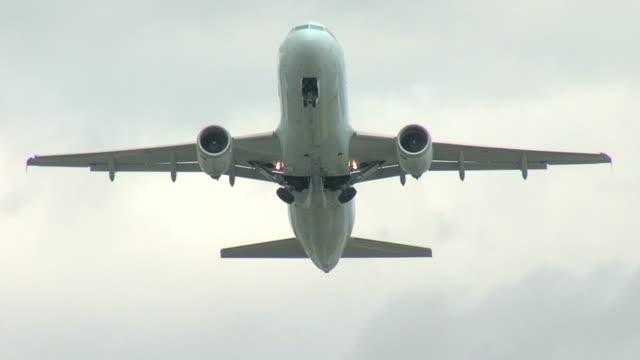 airbus a320 passagierflugzeug ausziehen - landefahrwerk stock-videos und b-roll-filmmaterial