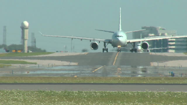 airbus a330 flugzeug taxi in richtung kamera - toronto stock-videos und b-roll-filmmaterial