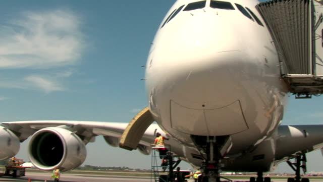 エアバス a 380 飛行機のブリッジングパンニングショット - 降り立つ点の映像素材/bロール