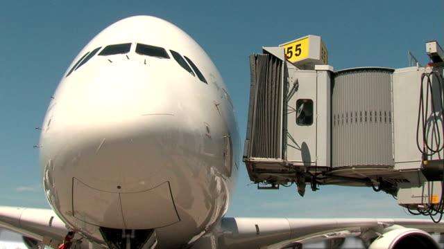 airbus a380 flugzeug-zeitraffer überbrücken - passenger stock-videos und b-roll-filmmaterial