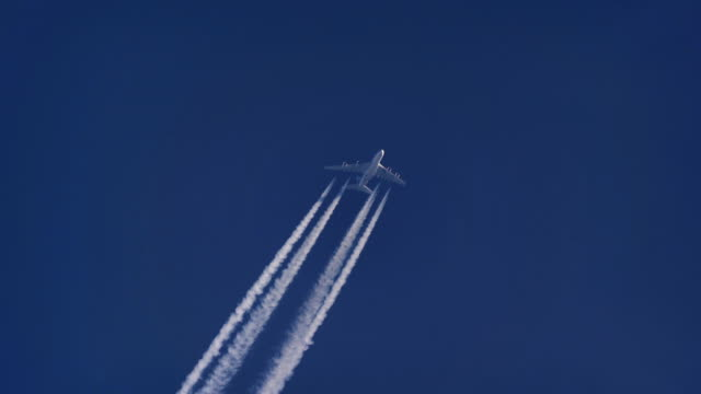 airbus a380.  altitude 38,000 ft/11,582m. speed458 kts/ 848km/h. icn-lhr, seoul-london. - vapour trail stock videos & royalty-free footage