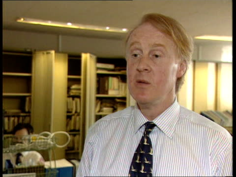airbus crash; itn england: london: int cms david learmount intvw sot - everybody should put out of minds it is significant because airbus / have been... - ブランド名点の映像素材/bロール