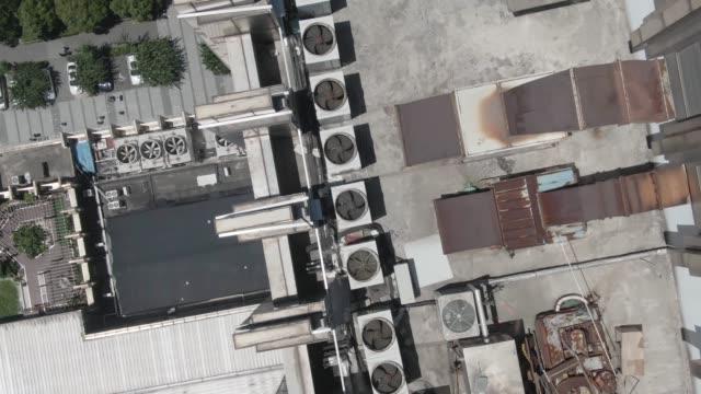 vidéos et rushes de air-conditioning system on top of high building - climatiseur