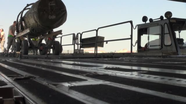 vídeos de stock, filmes e b-roll de aircraft and cargo deploy to nellis air force base nev for red flag june 10 from aviano air base italy red flag is a realistic training exercise... - nellis air force base