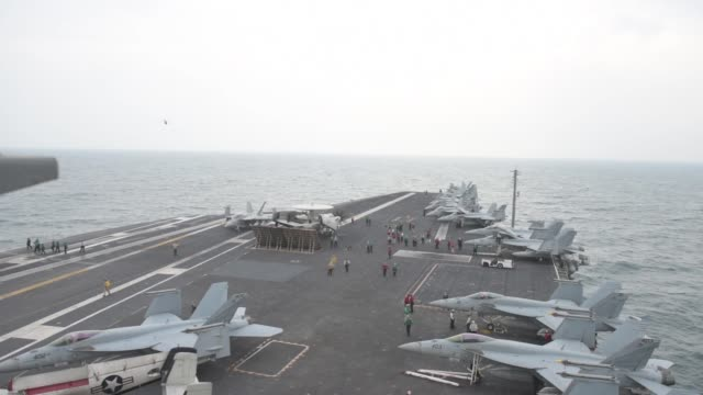 vídeos de stock e filmes b-roll de aircraft carrier uss john c. stennis sails in formation with guided-missile destroyer uss spruance , guided-missile cruiser uss mobile bay , royal... - avião militar