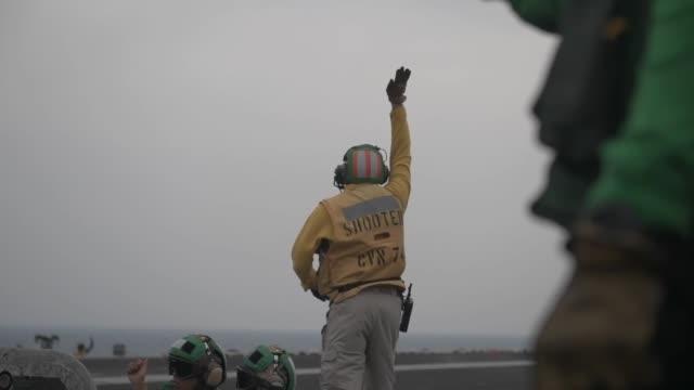 vídeos y material grabado en eventos de stock de aircraft carrier uss john c stennis sails in formation with guidedmissile destroyer uss spruance guidedmissile cruiser uss mobile bay royal... - golfo pérsico