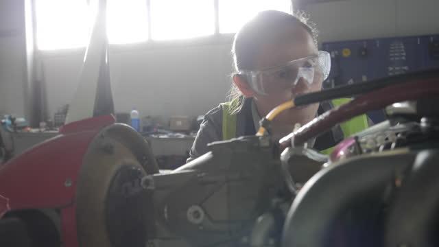 vidéos et rushes de ingénieur d'aéronef inspectant le moteur d'avion à réaction dans un hangar d'avion avant de le remettre en vol. - aerospace