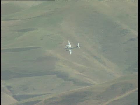un aircraft in flight above remote runway in barren mountainous landscape afghanistan - landscape scenery点の映像素材/bロール