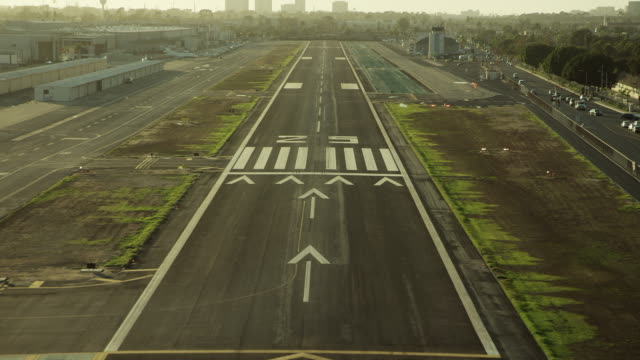 vidéos et rushes de aircraft pov landing at hawthorne airport - vue subjective d'un avion