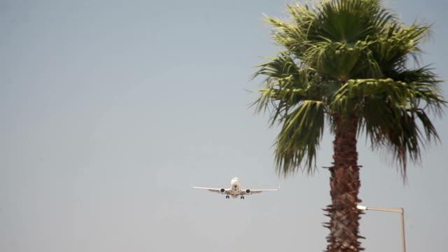 vidéos et rushes de hd: les avions atterrissant - piste d'envol