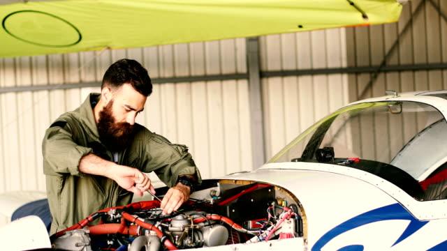 flugzeugmechaniker - automobile industry stock-videos und b-roll-filmmaterial