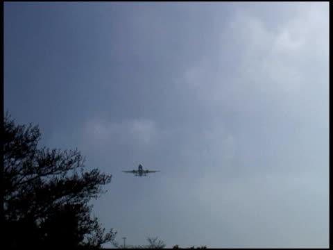 aircraft overhead, coming in for landing - letterbox format bildbanksvideor och videomaterial från bakom kulisserna