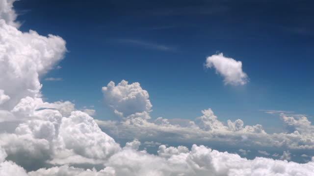 stockvideo's en b-roll-footage met oogpunt van vliegtuigen boven de wolken getting away from it all - voetafdruk