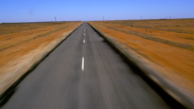 stockvideo's en b-roll-footage met aircraft point of view over desert highway - tweebaansweg