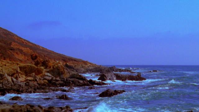vídeos de stock, filmes e b-roll de aerial aircraft point of view over ocean + along rocky coastline / california - pacífico norte