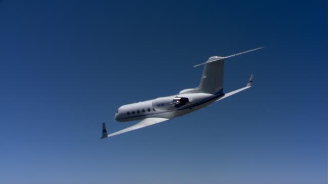 vidéos et rushes de aircraft seen at downward angle - avion privé d'entreprise