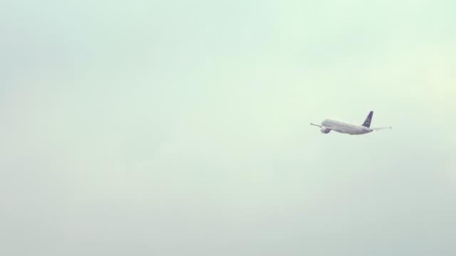vídeos de stock e filmes b-roll de aircraft take off on the airport to sky - vista de baixo para cima
