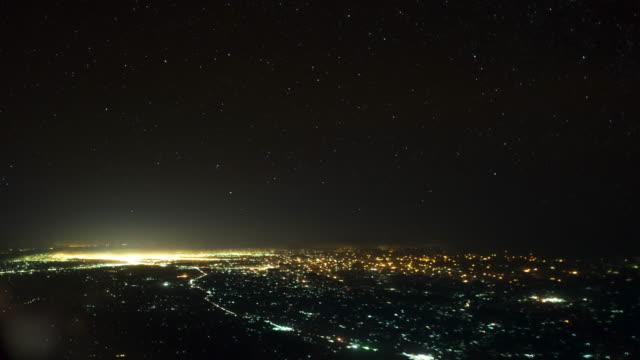 夜間にナイロビ、ケニアを飛ぶ航空機povタイムラプス - ナイロビ点の映像素材/bロール