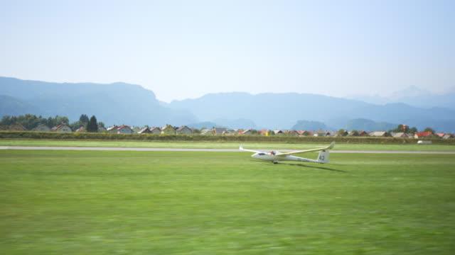 ts-flugzeug schleppen den schirm von der landebahn und in der luft bei sonnenschein - segelflugzeug stock-videos und b-roll-filmmaterial