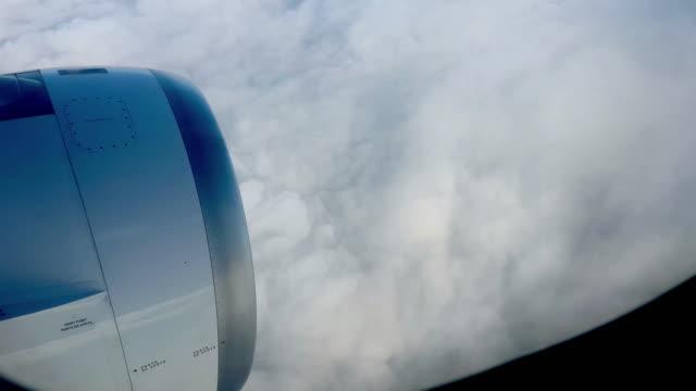 avión de turbina de avión con las nubes volando