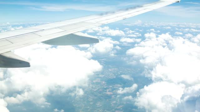 Aile d'avion et de nuages