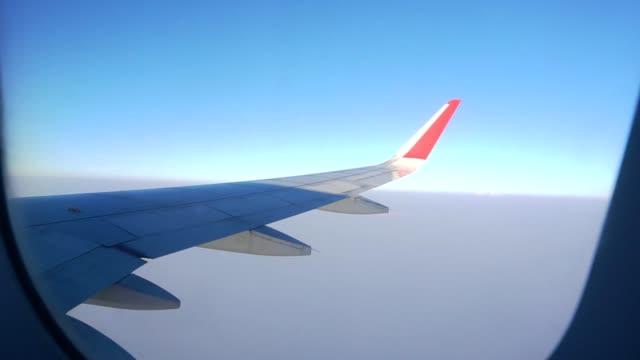 vliegtuig vleugel uit een vliegtuig venster