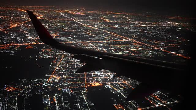 vídeos de stock, filmes e b-roll de asa de avião voando sobre a cidade à noite - asa de aeronave
