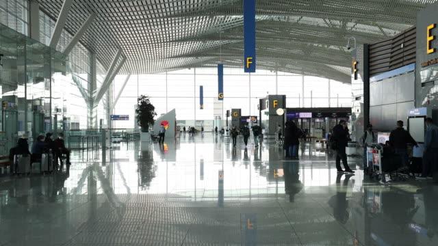 vídeos de stock, filmes e b-roll de aircrafts parked at incheon international airport and temperature checks in incheon, south korea, on monday, march 9, 2020. - mala de rodinhas