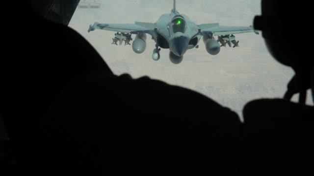 vídeos de stock e filmes b-roll de aircrew from 908th expeditionary aerial refueling squadron use a kc10 extender to refuel us f15 strike eagles f35a lightning ii's and french air... - mastro peça de embarcação