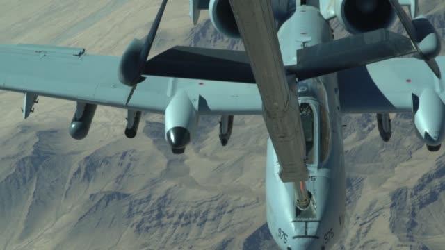 vídeos de stock e filmes b-roll de aircrew from 908th expeditionary aerial refueling squadron use a kc10 extender to refuel us a10 thunderbolt ii's at an undisclosed location 15 june... - mastro peça de embarcação