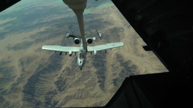 vídeos y material grabado en eventos de stock de aircrew from 908th expeditionary aerial refueling squadron use a kc10 extender to refuel us a10 thunderbolt ii's at an undisclosed location 15 june... - mamífero ungulado
