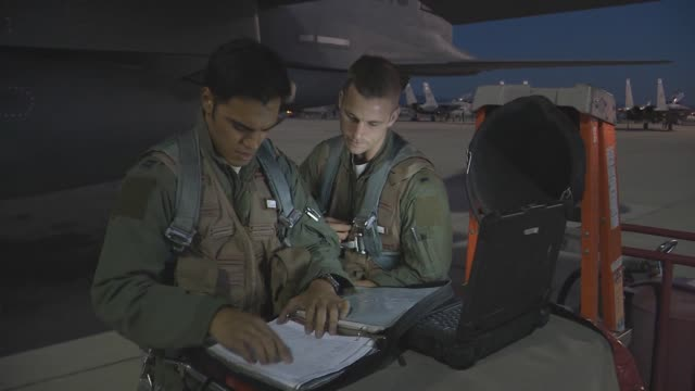 vídeos de stock, filmes e b-roll de aircrew from the 494th fighter squadron 48th fighter wing at raf lakenheath england go over the flight manual before takeoff during red flag 143 jul... - nellis air force base