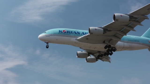airline carrier - airbus stock-videos und b-roll-filmmaterial