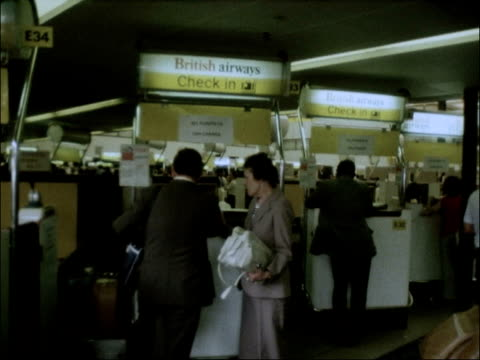 heathrow airport int gvs passengers at crowded airport passengers queuing at busy check in area british airways check in desks pan 'twa check in'... - twa video stock e b–roll