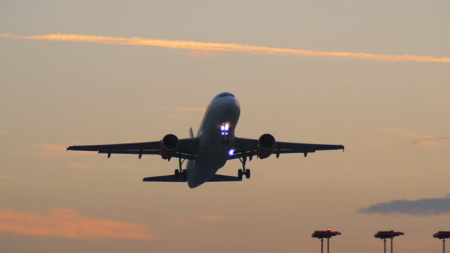 airliner taking-off at sunset. - luton airport stock videos & royalty-free footage