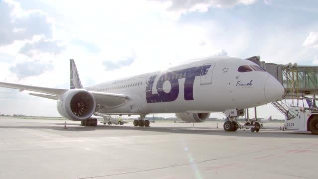 vídeos y material grabado en eventos de stock de lot airlines plane at airport - polonia