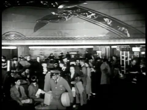 vídeos y material grabado en eventos de stock de airlines terminal' building. int vs travelers waiting in busy terminal, up escalators, getting off, at ticket booth, window. female clerk on... - usa