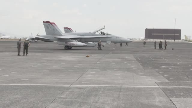 us airmen and marines and the armed forces of the philippines work on a10 thunderbolt ii's and f/a18c hornets as they arrive at clark air base... - isola di luzon video stock e b–roll