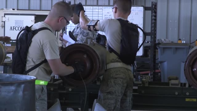 airmen from 9th munitions squadron, beale air force base, participates in usafe combat ammunition production exercise. - クランプ点の映像素材/bロール